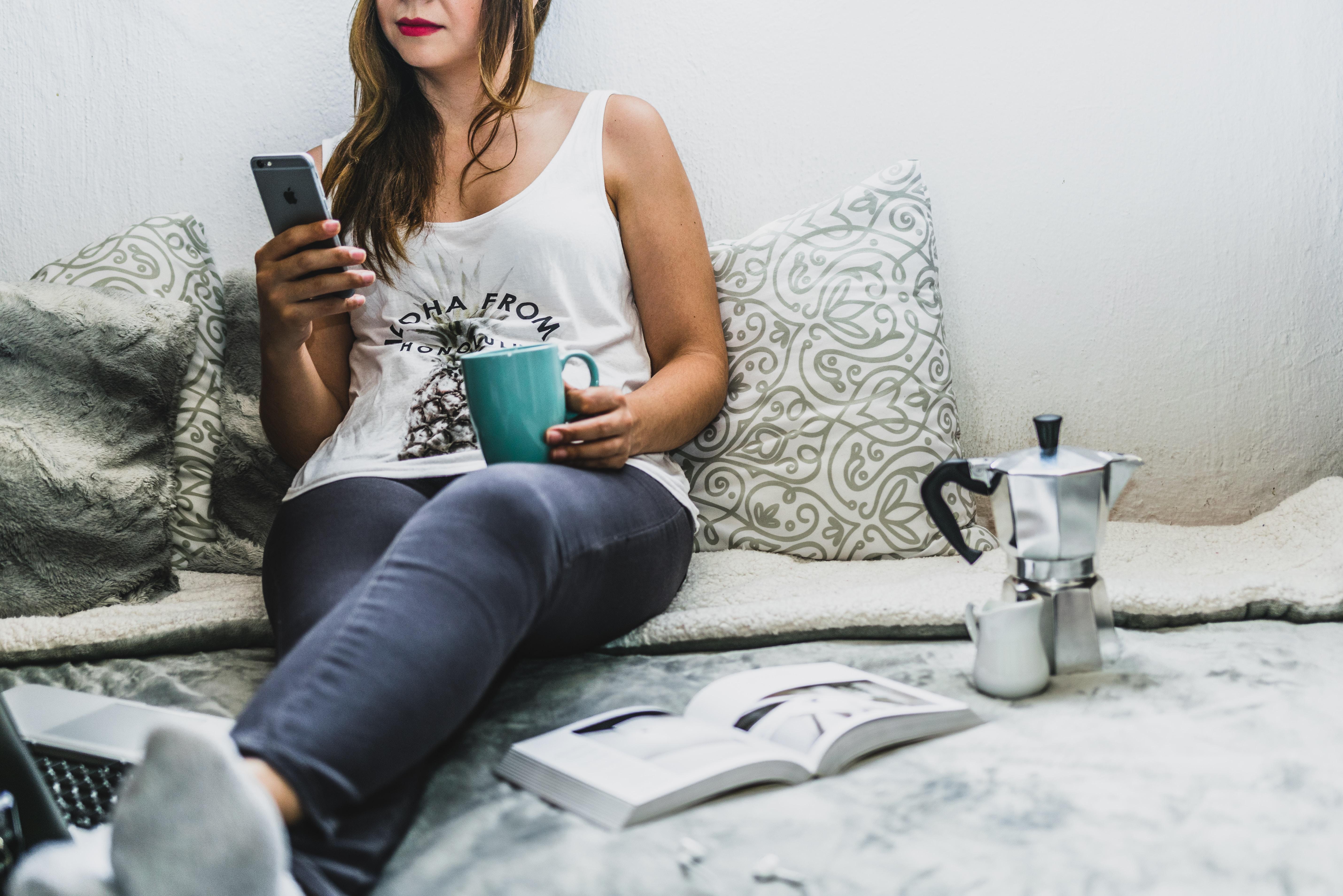 Cuidado com camas e sofás – trabalhar em locais de descanso pode diminuir a eficiência do trabalho e confundir seu corpo no que diz respeito ao serviço e ao seu tempo de relaxamento. Além disso, fica muito mais fácil se distrair em ambientes que são propícios para o nosso descanso. (Foto: Bruno Cervera/Unsplash)