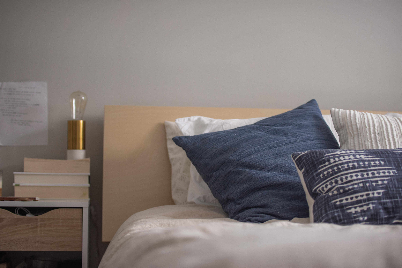 Evite trabalhar em seu quarto – procure separar o seu local de descanso do seu lugar de trabalho, evitando montar seu local de trabalho em seu quarto de dormir. (Foto: Christopher Jolly /Unsplash)