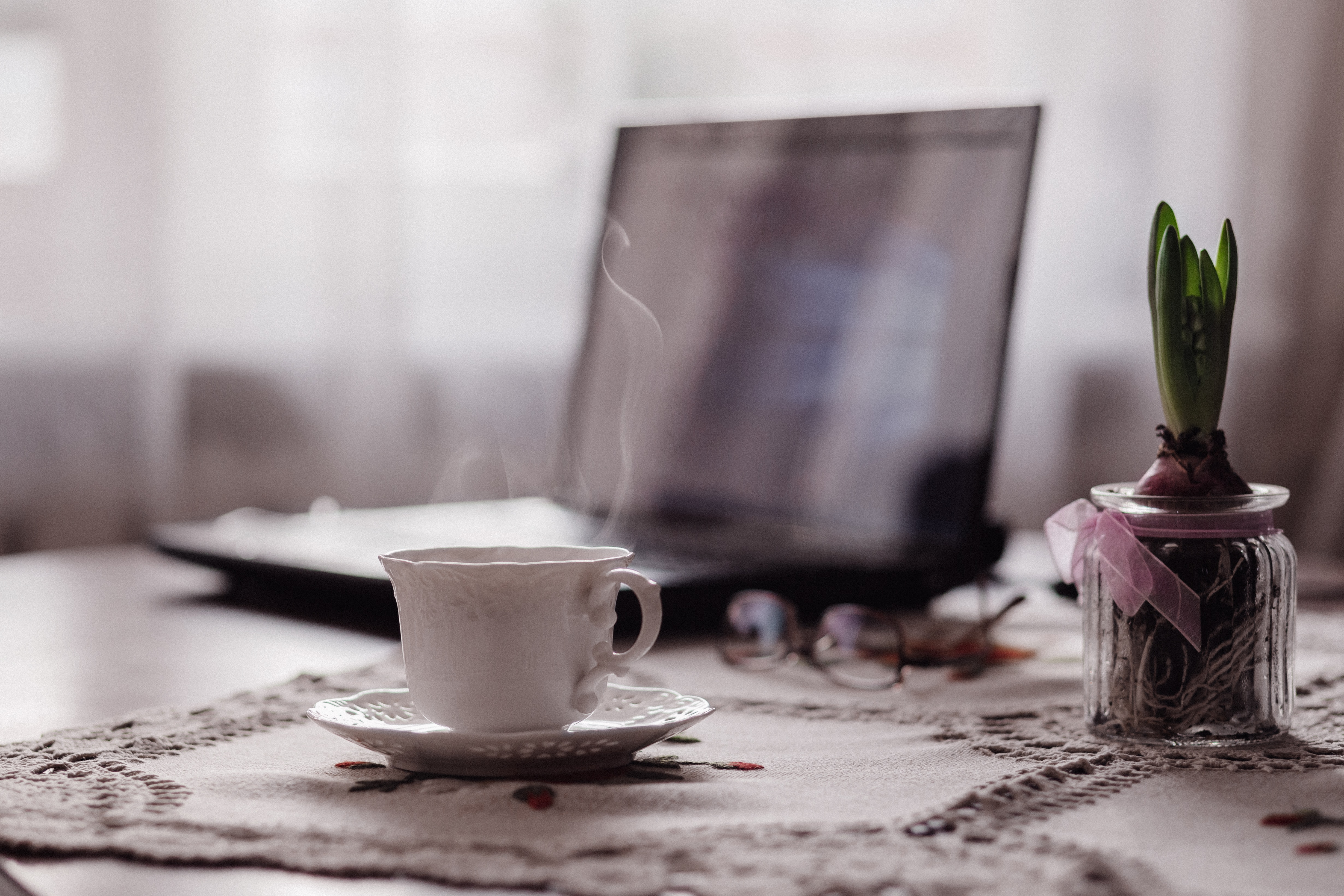Evite lanchar e comer enquanto trabalha – crie um horário específico para se alimentar durante o trabalho, evitando fazer as refeições no local de trabalho ou de frente para o computador! Uma boa alimentação é essencial para uma boa saúde. (Foto: Freestocks Org /Unsplash)