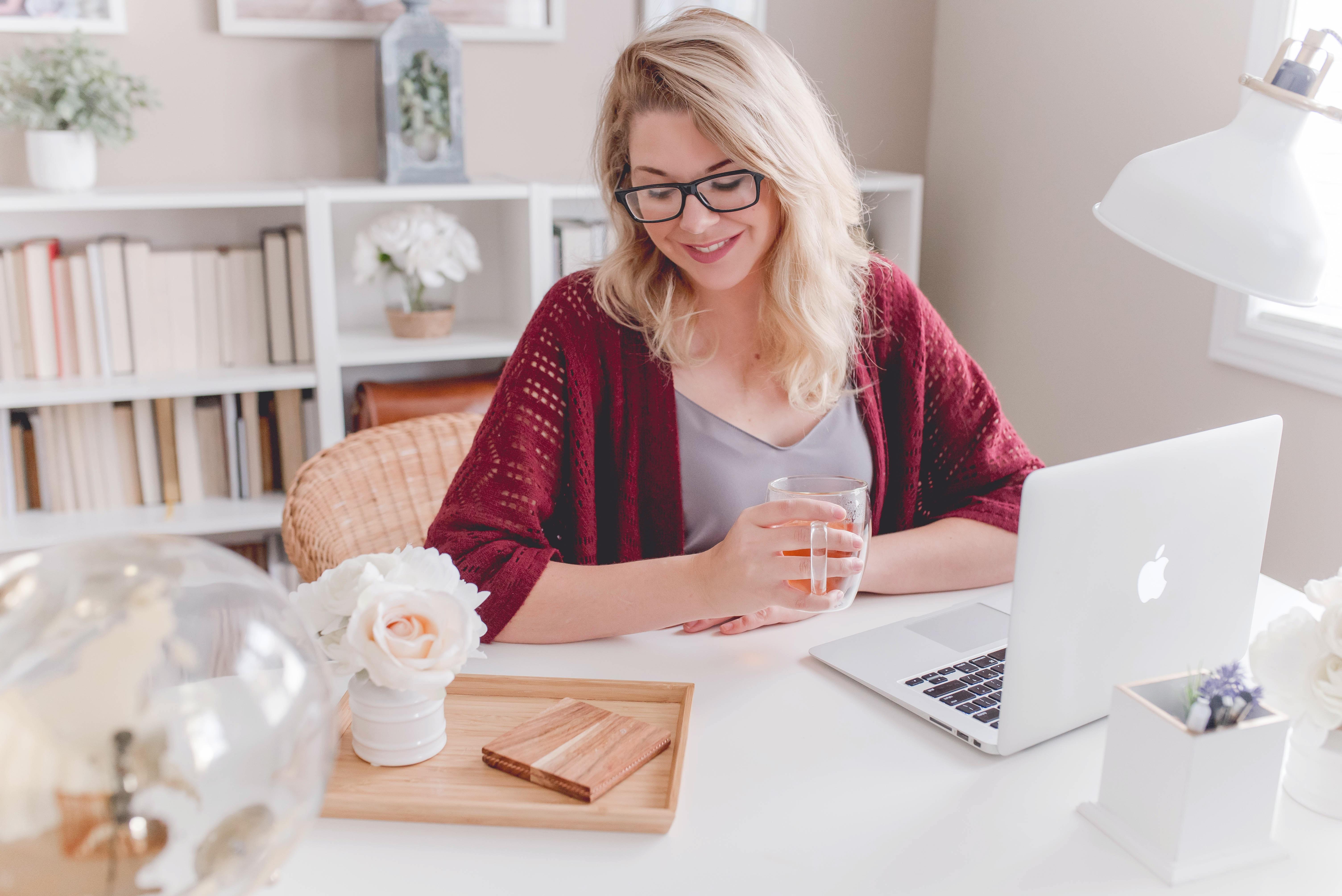 Crie um ambiente agradável – por ser em casa, muitos itens de trabalho se misturam com itens pessoais e da própria residência, por isso, é importante separar os universos: crie um ambiente só para seu trabalho, seja uma escrivaninha, uma sala, um escritório ou apenas uma mesa; mas faça desse ambiente o local de trabalho e o decore como te fizer se sentir melhor. (Foto: Paige Cody/Unsplash)
