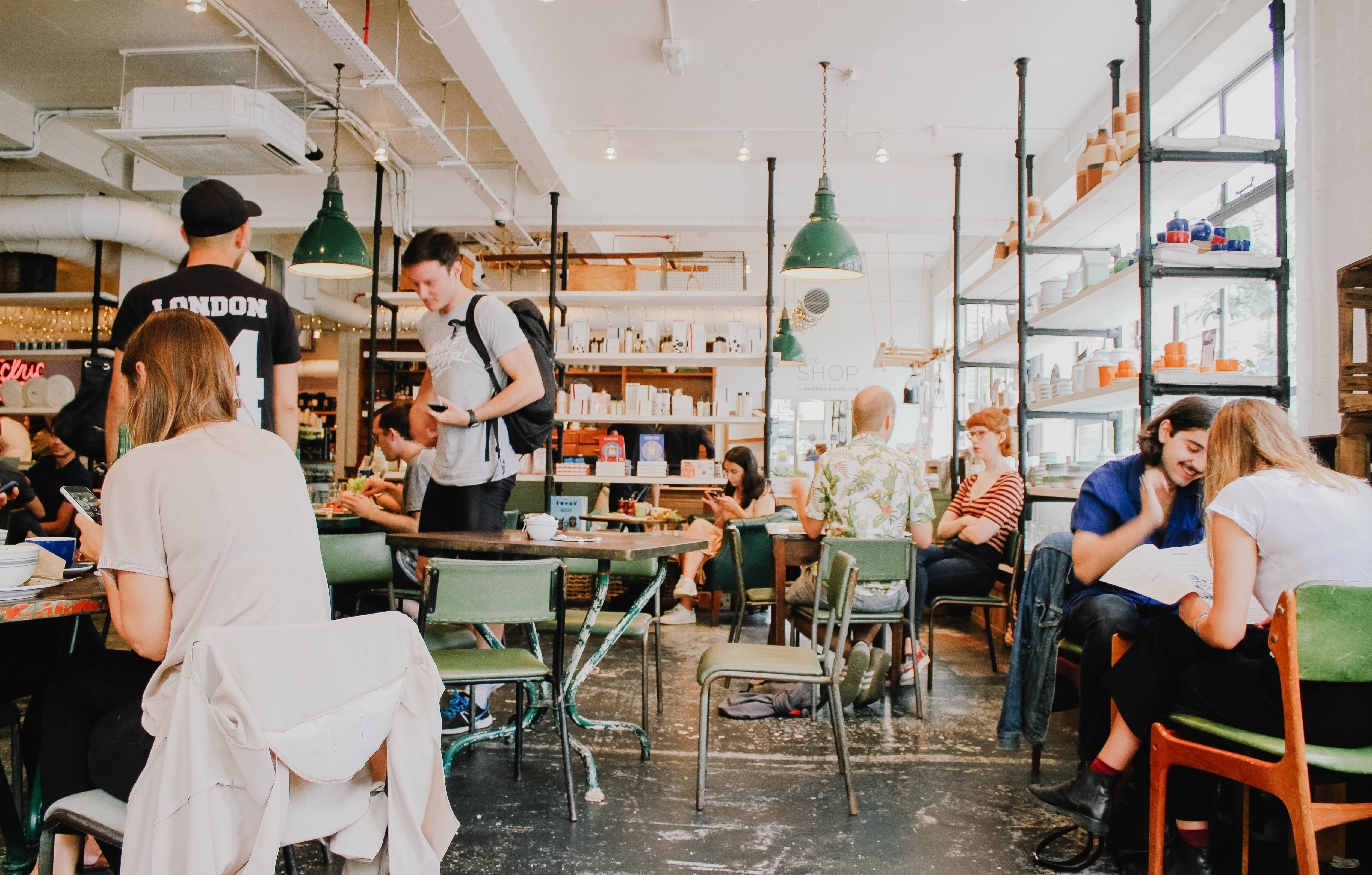 Saia para trabalhar fora – que tal mudar a rotina e ir trabalhar em um café ou restaurante? Hoje em dia, muitos estabelecimentos possuem e oferecem internet, mesas e tomadas para computadores. Mudar o local de trabalho pode ser uma boa maneira de aliviar a rotina pesada de trabalho. (Foto: Toa Heftiba/Unsplash)